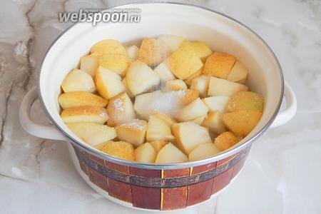Добавляем сахар, перемешиваем до растворения крупиц и кипятим ещё пару минут. Выключаем газ и даём компоту настояться и остыть до тёплого состояния.