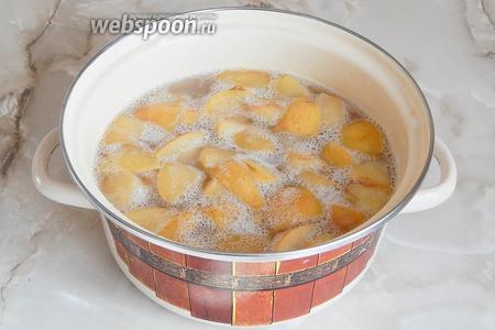 Через 1-2 часа квас забродит — появится характерная пена и запах. Бродить квас должен при комнатной температуре около 12 часов.
