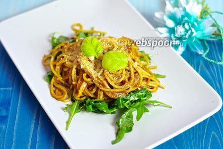 Спагетти с помидорами черри и кедровыми орешками