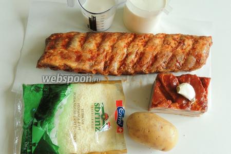 Подготовим ингредиенты: картофель, бекон, копчёные рёбрышки, сливки любой жирности, молоко, зубок чеснока и тёртый Сбринц.