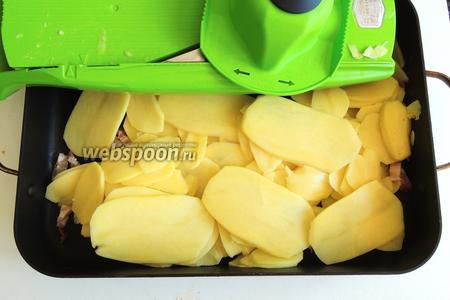 Нашинкуем прямо в форму картофель.