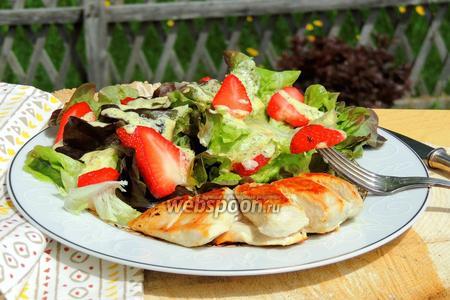 Салат с клубникой и базиликовым соусом