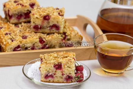 Йогуртовый пирог с малиной и орехами
