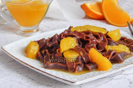 Шоколадная лапша с апельсиновым соусом