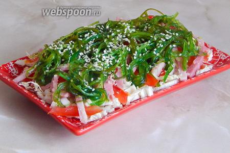 Присыпаем салатик кунжутом — готово!