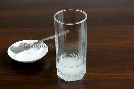 В высокий стакан налить 30 мл чистой холодной воды, добавить сахар.