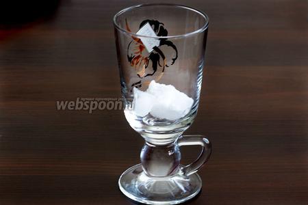 В ёмкость для кофе положить нужное вам количество льда. Можно наполнить льдом бокал до верху.