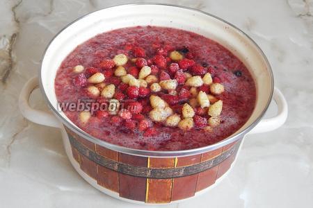 Первым делом сварим компот. Он будет насыщенным. В кипящую воду закладываем все ягоды в замороженном состоянии. После закипания варим минут 15 на медленном огне.