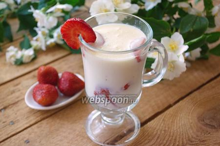 Десерт из белого шоколада и клубники