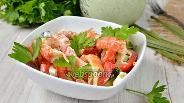 Фото рецепта Салат с раковыми шейками и овощами