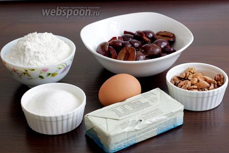 Для приготовления сливовой галеты на хрустящем тесте возьмём замороженные сливы (разморозить), муку, сахар, масло, яйцо, орехи, абрикосовые косточки.