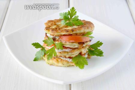 Блюдо готово! Готовое блюдо украшаем листиками петрушки. Подаём оладьи в тёплом виде в качестве закуски или гарнира. Приятного аппетита!
