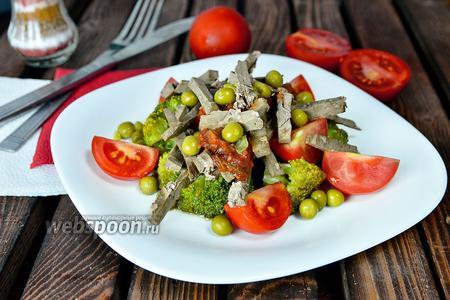 Фото рецепта Горячий салат из говяжьей печени с брокколи и помидорами