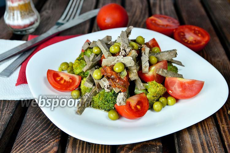 Фото Горячий салат из говяжьей печени с брокколи и помидорами