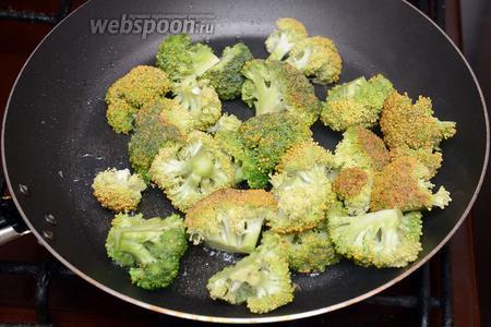 Обжариваем брокколи на разогретой сковороде с подсолнечным маслом в течение 5-7 минут. Солим по вкусу.