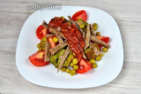 Посыпаем салат горошком, кладём печень, присаливаем и поливаем аджикой. Аджику лучше всего использовать острую и домашнего приготовления.