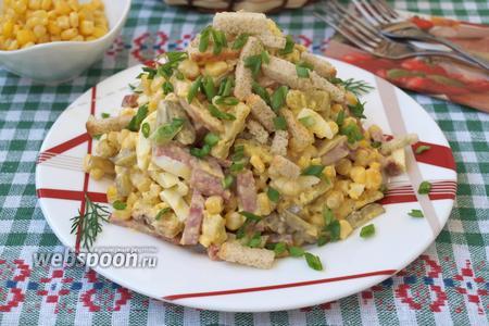 Фото рецепта Салат с копчёной колбасой, сухариками и кукурузой