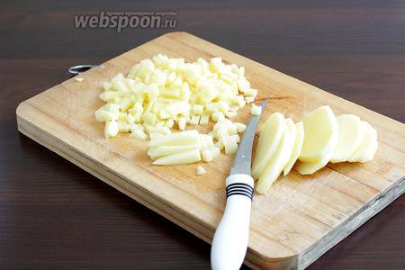 Сырой картофель так же мелко нарезать маленькими кубиками, по размеру не больше ноготка мизинца. Это удобно делать очень острым ножом.