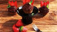 Фото рецепта Шоколадные капкейки с клубникой