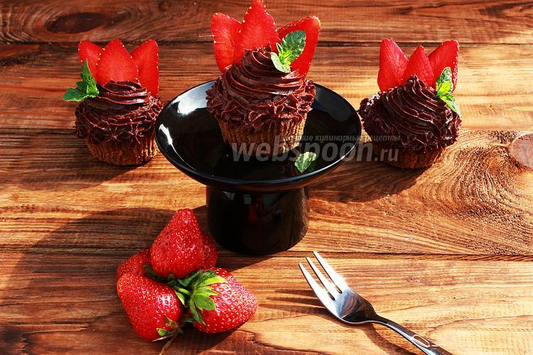 Фото Шоколадные капкейки с клубникой