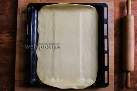 Перенесите тесто на противень, накройте полотенцем и отставьте в сторону.