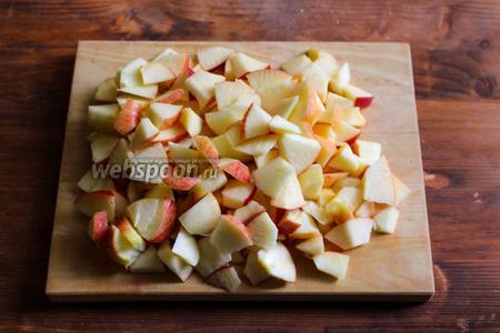 Яблоки порежьте на небольшие кусочки (примерно 1 см).