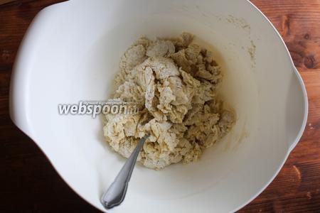 Перемешайте ложкой тесто, пока оно не впитает жидкость.
