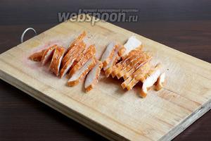 Если куриная грудка с кожей, то её нужно удалить. Нарезать мясо ломтиками, не мельчить.