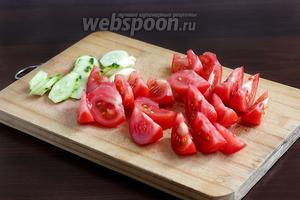 Помидоры и огурец нарезать крупно. Я взяла два помидора к одному огурцу, просто потому, что помидоры мне нравятся больше. Но можно поступить по своему вкусу.
