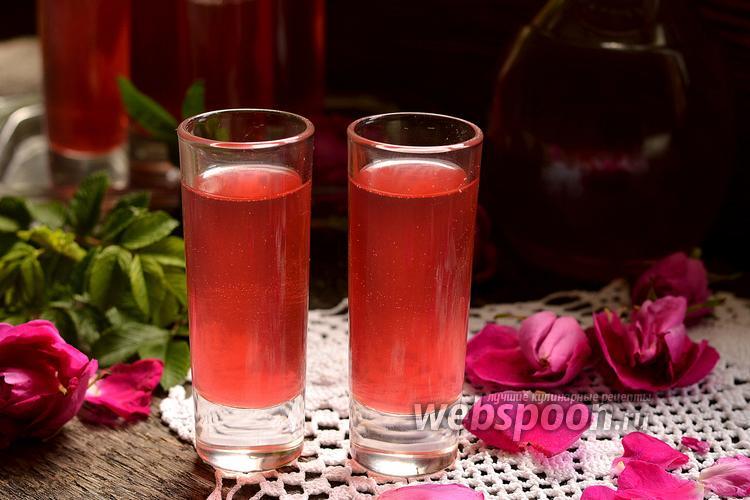 Фото Ликёр из лепестков розы