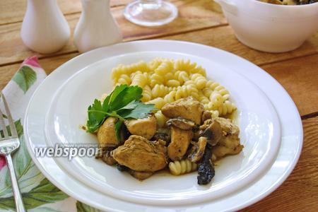 Курица с грибами  и черносливом в соевом соусе с карри