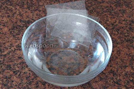 Желатин пластинами замачиваем в холодной воде на 5 минут, после чего отжимаем пластины и нагреваем их до растворения. Я использую микроволновку на режиме «Разогрев». Уйдёт около 15 секунд. Смотрите, не перегрейте! Если используете обычный желатин (возьмите 1,5 ст. л.), замочите его в холодной кипячёной воде (около 50 мл) на 40 минут, затем также растопите.