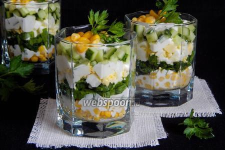 Салат со щавелем, огурцами и кукурузой