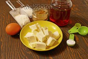 Для печенюшек, надо: мука, сахар, кукурузный сироп, яйцо (маленькое), смесь пряностей, сода.