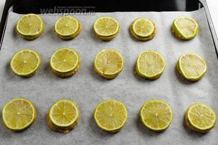 На каждый круг выложить дольки лимона (обсушив их на бумажной салфетке, тем самым убрать лишний сок).