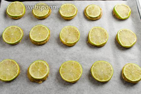 Присыпать каждую заготовку печенья сахаром. Поставить противень в горячую духовку. Выпекать печенье в течение 15-20 минут при температуре 180°C.