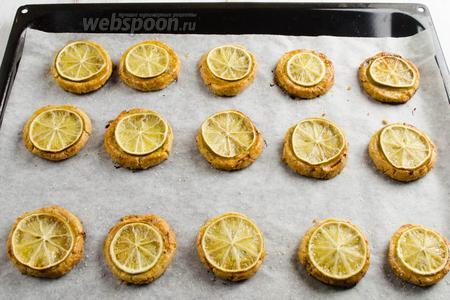 Готовое печенье вынуть из духовки.