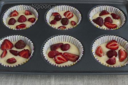 Ягоды клубники почистить, промыть. Крупные ягоды нарезать половинками или четвертинками. Выложить клубнику поверх теста, можно слегка «утопить» ягоды.