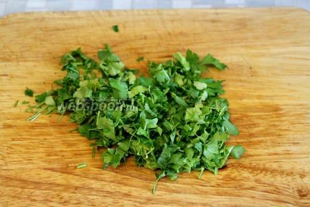 Мелко нарубить зелень укропа и петрушки (по 5 веточек).