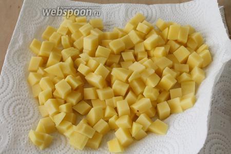 Картофель нарезать на маленькие кубики, промыть и выложить на бумажную салфетку, чтобы ушла лишняя влага.