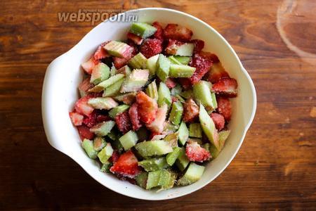Хорошо перемешайте фрукты с сахаром в небольшой миске и оставьте на 15-20 минут. Можно на этом этапе добавить какой-нибудь алкоголь. Мне нравиться коньяк, бурбон или ликёр.