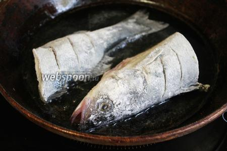 Разогреть масло и обжарить рыбу минут 6 с одной стороны на среднем огне, не шевеля её.