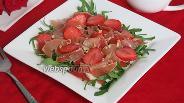 Фото рецепта Салат с хамоном и клубникой