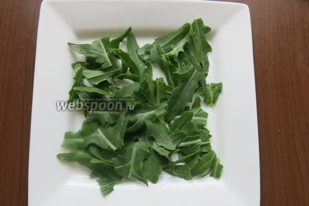 Первый слой салат — промытый и посушенный.