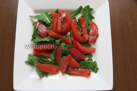 На салат — томаты (салат начинает краснеть).