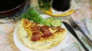 Фото рецепта Омлет с копчёной грудинкой, сельдереем и луком