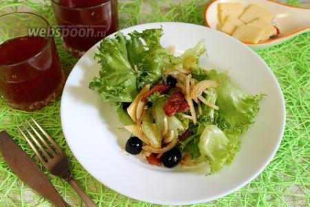 Салат с копчёной грудинкой и зеленью