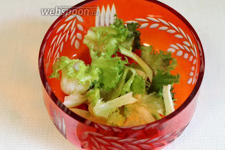 Листья салата выложить на дно салатника.