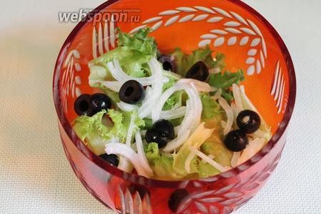 Оливки частично порезать пополам, добавить в салатник.