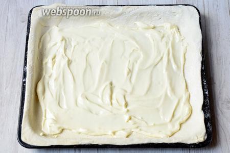 Смазываем обильно сливочным сыром.